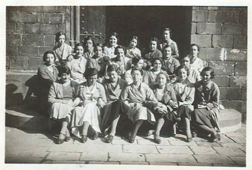 1932-1933. Grup de quinze alumnes de tercer curs a les escales de l'entrada de l'Escola de Bibliotecàries, a la Casa dels Canonges (Fotografies de l'Escola de Bibliotecàries - MDC)